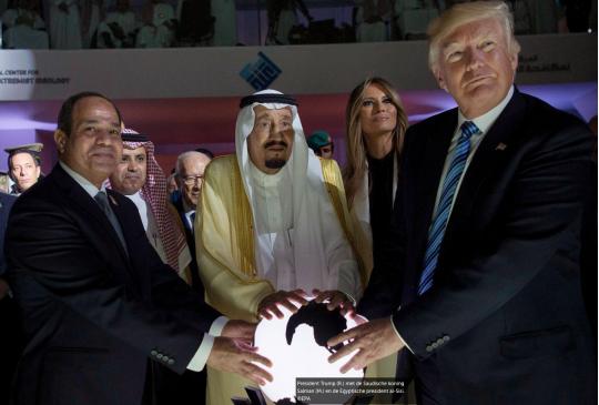 Internet lacht zich een bult met foto's van 'schurk' Trump en gloeiende wereldbol
